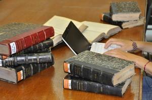Mains sur un ordinateur à la bibliothèque Cujas
