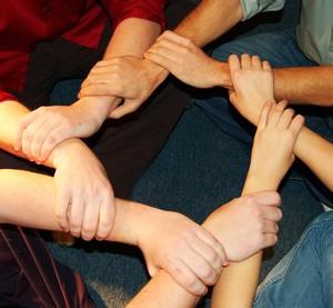 mains reliées par les poignets