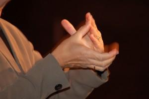 mains utilisant la langue des signes